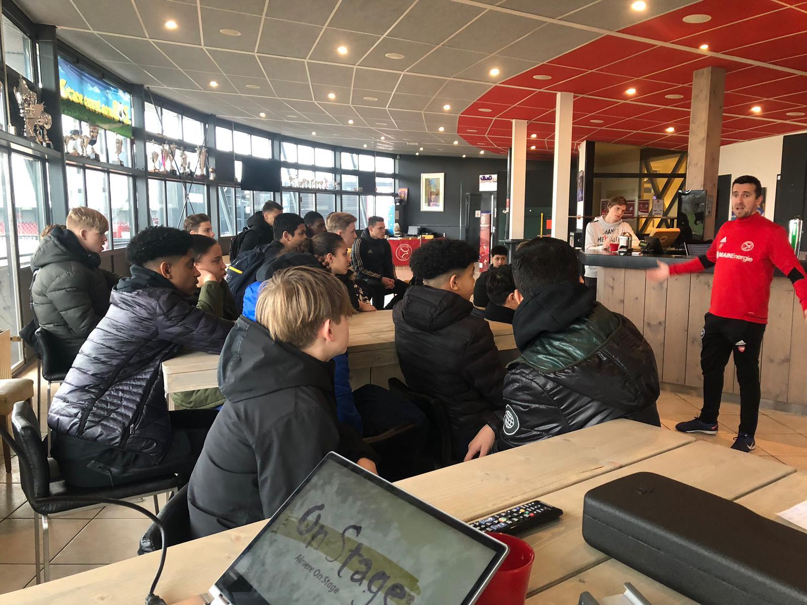 Scholieren krijgen 'blik in de keuken' bij Almere City FC