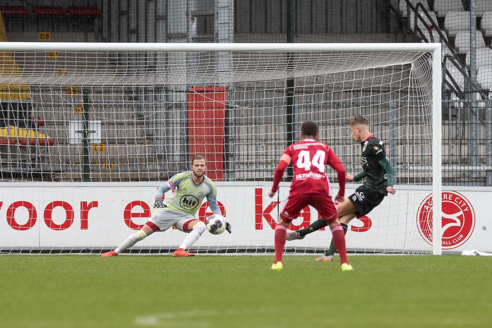 Kaars Jong Almere City FC bijna uitgeblazen