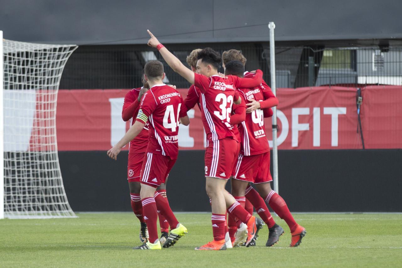 Jong Almere City FC wint na koninklijke tweede helft van KHFC