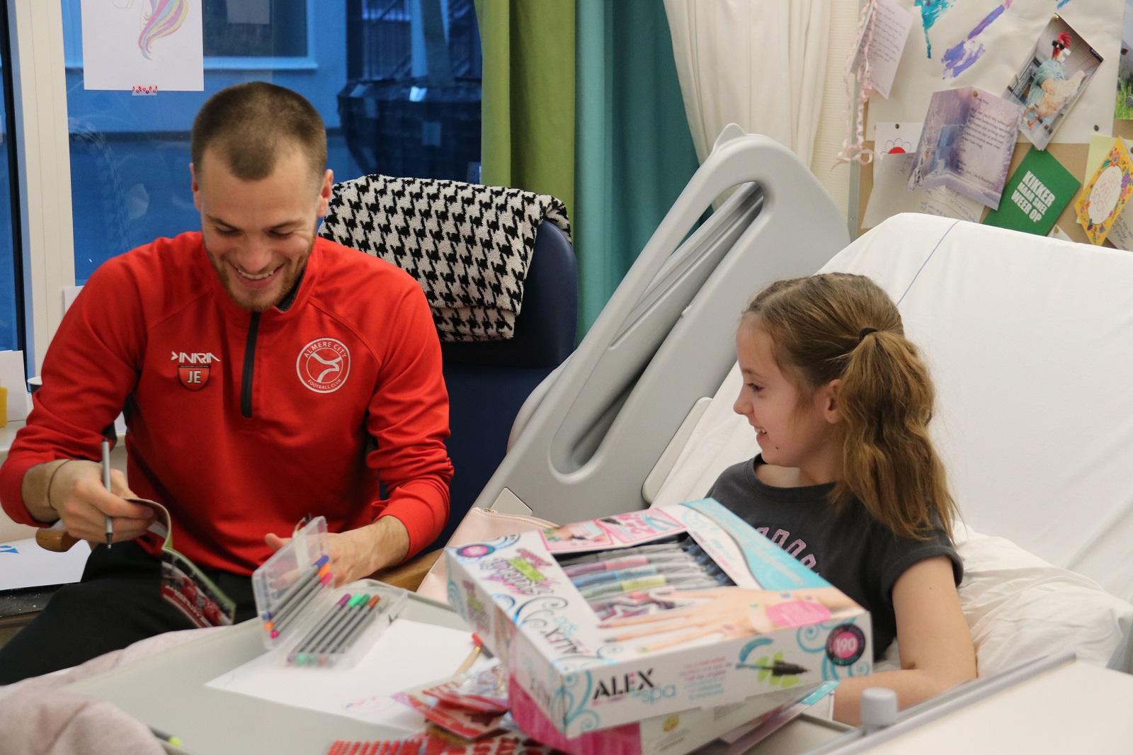 Spelers Almere City FC beuren jonge patiënten Flevoziekenhuis op