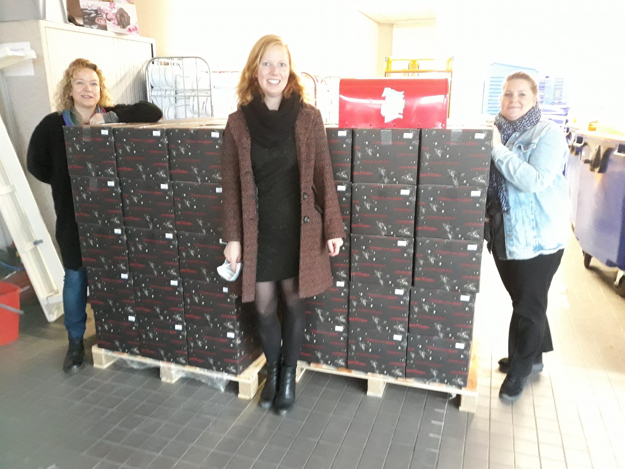 Ondernemers businessclub Almere City FC schenken kerstpakketten en fietsen